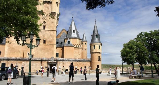 """El turista vuelve a casa considerando """"acertada"""" su visita a Segovia"""