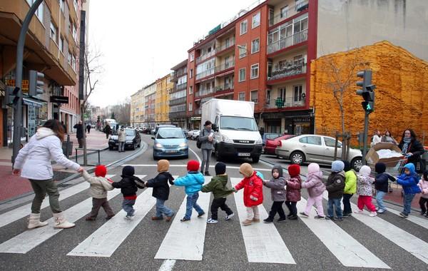 Un grupo de preescolares pasean por la ciudad.