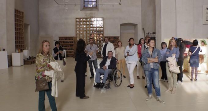 La Asociación de Esclerosis múltiple visita el Museo del Vidrio
