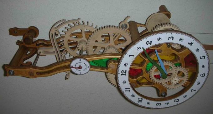 Relojes de madera en el Centro Social Corpus