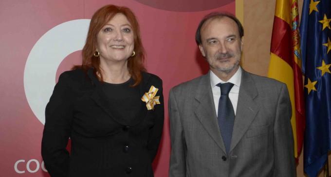 La directora del Hay Festival recibe la Cruz de la Orden de Isabel Católica