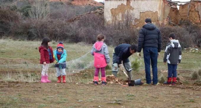 Aldeanueva del Monte crea su propio arboreto con motivo del día de los bosques