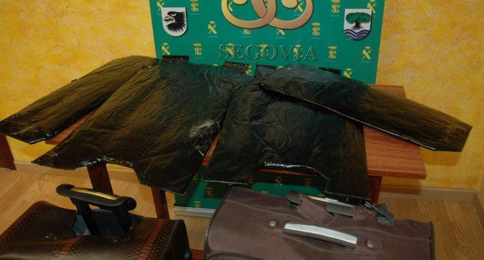 La Guardia Civil detiene a un hombre que ocultaba cerca de diez kilos de polen de hachís en dos maletas